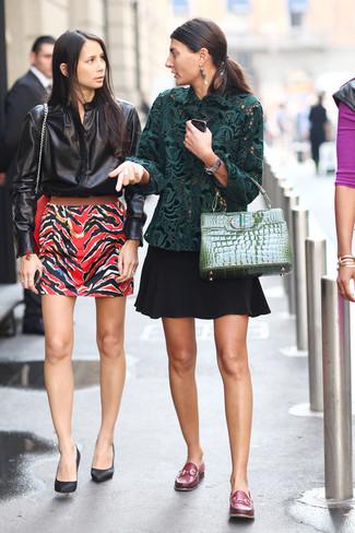 Как и с чем носить: темно-зеленая кружевная блузка с длинным рукавом, черная короткая юбка-солнце, темно-красные кожаные лоферы, зеленая кожаная сумка-саквояж