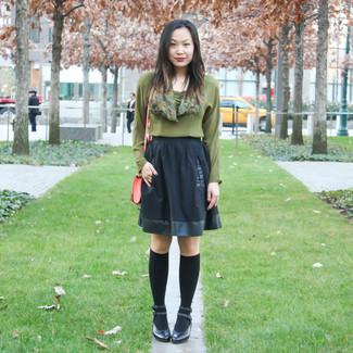 Как и с чем носить: оливковая блузка с длинным рукавом, черная короткая юбка-солнце, черные кожаные туфли, черные носки до колена