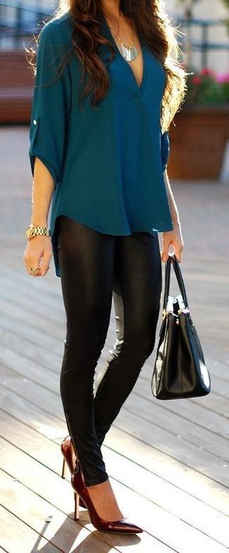 Как и с чем носить: темно-бирюзовая блузка с длинным рукавом, черные кожаные леггинсы, темно-красные кожаные туфли, черная кожаная большая сумка