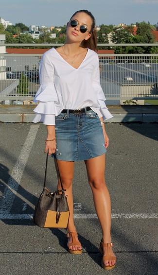 Как и с чем носить: белая блузка с длинным рукавом с рюшами, синяя джинсовая мини-юбка, светло-коричневые кожаные босоножки на танкетке, темно-коричневая кожаная сумка-мешок