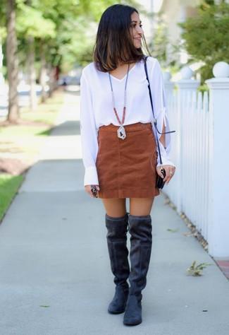 Как и с чем носить: белая блузка с длинным рукавом, коричневая замшевая мини-юбка, черные замшевые ботфорты, черная кожаная сумка через плечо