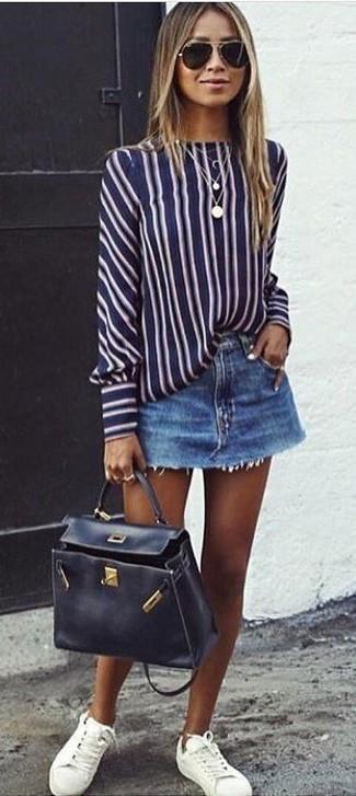 Как и с чем носить: темно-сине-белая блузка с длинным рукавом в вертикальную полоску, синяя джинсовая мини-юбка, белые кожаные низкие кеды, черная кожаная сумка-саквояж