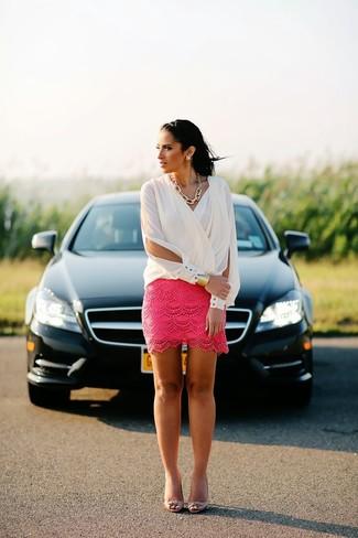 Белая блузка с длинным рукавом и ярко-розовая кружевная мини-юбка — универсальное сочетание и для вечерних вылазок с подружками, и для дневных прогулок на выходных. Что касается обуви, можно отдать предпочтение удобству и выбрать розовая обувь.