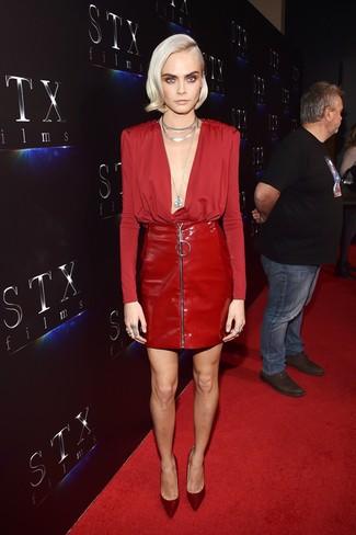 Как и с чем носить: красная блузка с длинным рукавом, красная кожаная мини-юбка, темно-красные сатиновые туфли, серебряное колье