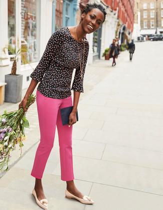 Как и с чем носить: черная блузка с длинным рукавом в горошек, ярко-розовые узкие брюки, бежевые кожаные лоферы с кисточками, темно-синий кожаный клатч