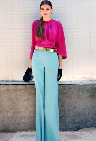 Как и с чем носить: ярко-розовая блузка с длинным рукавом, голубые широкие брюки, черный замшевый клатч, черные замшевые перчатки