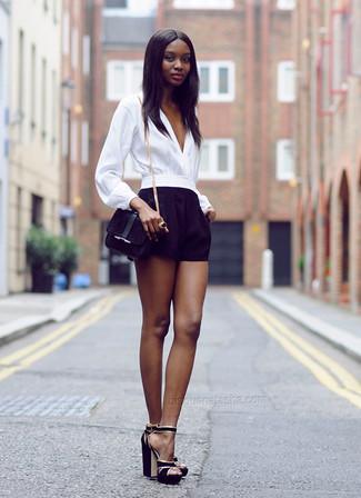 Как и с чем носить: белая блузка с длинным рукавом, черные шорты, черные замшевые босоножки на каблуке, черная замшевая сумка через плечо