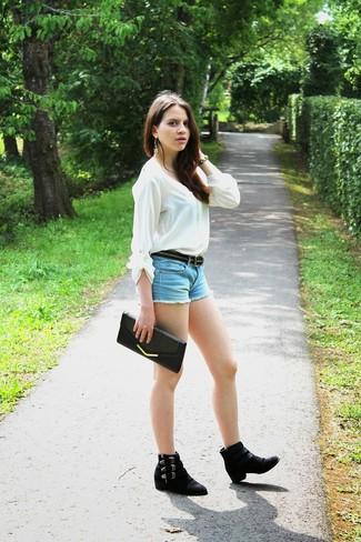 Как и с чем носить: белая блузка с длинным рукавом, голубые джинсовые шорты, черные замшевые ботинки челси, черный кожаный клатч