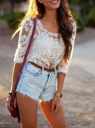Как и с чем носить: белая кружевная блузка с длинным рукавом, голубые джинсовые шорты, пурпурная кожаная сумка через плечо, коричневый кожаный ремень