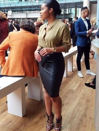 Как и с чем носить: оливковая блузка с длинным рукавом, черная кожаная юбка-карандаш, серые кожаные босоножки на каблуке со змеиным рисунком, черный кожаный клатч