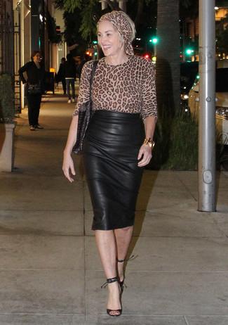 Как и с чем носить: светло-коричневая блузка с длинным рукавом с леопардовым принтом, черная кожаная юбка-карандаш, черные кожаные босоножки на каблуке, черная кожаная большая сумка