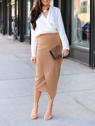 Как и с чем носить: белая блузка с длинным рукавом, светло-коричневая юбка-карандаш с разрезом, бежевые кожаные босоножки на каблуке, светло-коричневый замшевый клатч с леопардовым принтом
