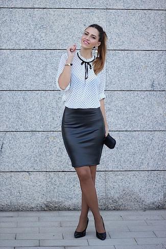 Как и с чем носить: бело-черная блузка с длинным рукавом в горошек, черная кожаная юбка-карандаш, черные кожаные туфли, черный сатиновый клатч