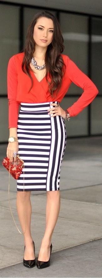 Красная блузка с длинным рукавом и бело-темно-синяя юбка-карандаш в горизонтальную полоску — идеальный вариант повседневного офисного образа. Черные кожаные туфли станут отличным завершением образа.