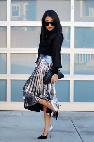 Как и с чем носить: черная блузка с длинным рукавом, серебряная юбка-миди со складками, серебряные кожаные туфли, черный кожаный стеганый клатч