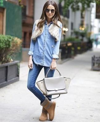 Светло-коричневые угги: с чем носить и как сочетать: Собираясь в кино или кафе, обрати внимание на дуэт бежевого мехового болеро и синих джинсов скинни. Светло-коричневые угги привнесут в лук чуть больше живости.