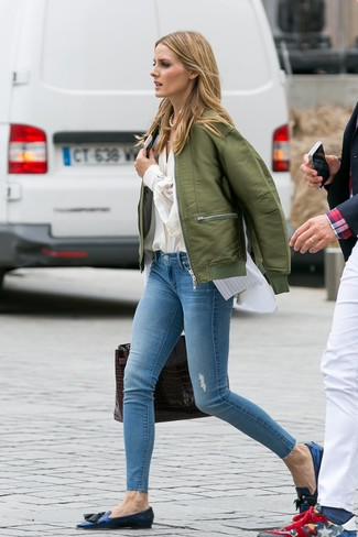 Как и с чем носить: оливковый бомбер, бежевая блуза на пуговицах, белая рубашка без рукавов в вертикальную полоску, голубые рваные джинсы скинни
