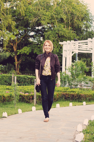 Как и с чем носить: коричневый кожаный бомбер, желтая блуза с коротким рукавом с цветочным принтом, темно-синие джинсы скинни, коричневые кожаные балетки