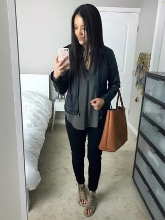 Как и с чем носить: черный кожаный бомбер, темно-зеленая блузка с длинным рукавом, черные джинсы скинни, серые замшевые босоножки на каблуке
