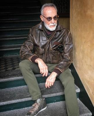 Как и с чем носить: коричневый кожаный бомбер, оливковые брюки чинос, оливковые кожаные высокие кеды, разноцветный шарф