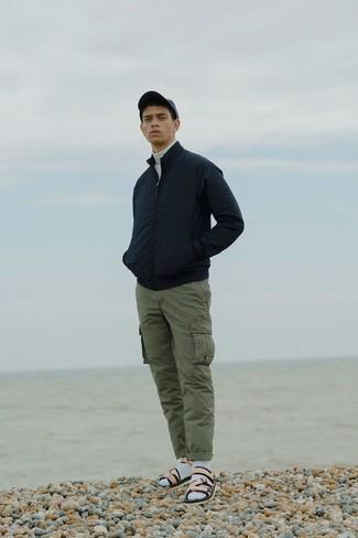 Как и с чем носить: черный бомбер, белая водолазка, оливковые брюки карго, бежевые кожаные сандалии