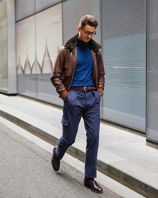 Как и с чем носить: коричневый кожаный бомбер, синяя водолазка, темно-синие брюки карго, темно-красные кожаные лоферы