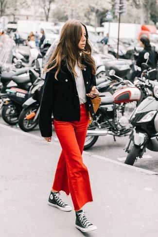 Как и с чем носить: черный вельветовый бомбер, белая водолазка, красные джинсовые брюки-кюлоты, черно-белые высокие кеды из плотной ткани