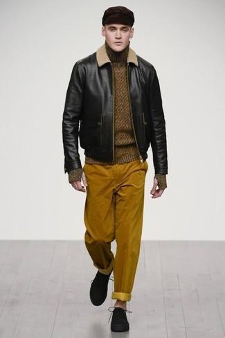 Как и с чем носить: черный кожаный бомбер, оливковая шерстяная водолазка, табачные вельветовые брюки чинос, черные замшевые туфли дерби