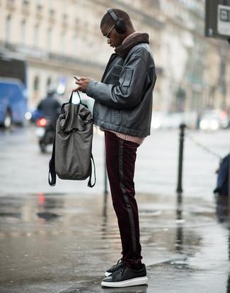 Как и с чем носить: черный кожаный бомбер, розовая вязаная водолазка, темно-красные вельветовые брюки чинос, черные кожаные низкие кеды
