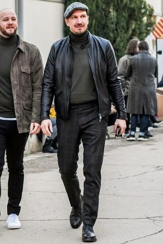 Куртка: с чем носить и как сочетать мужчине: Несмотря на свою легкость, дуэт куртки и черных брюк чинос в шотландскую клетку неизменно нравится стильным мужчинам, а также покоряет дамские сердца. Хотел бы сделать образ немного строже? Тогда в качестве дополнения к этому образу, стоит выбрать черные кожаные туфли дерби.