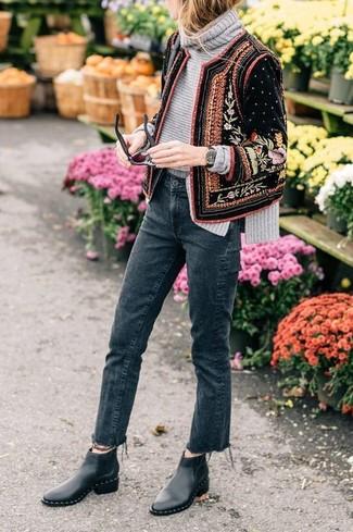 Как и с чем носить: черный бархатный бомбер с украшением, серая вязаная водолазка, темно-серые джинсы, черные кожаные ботинки челси