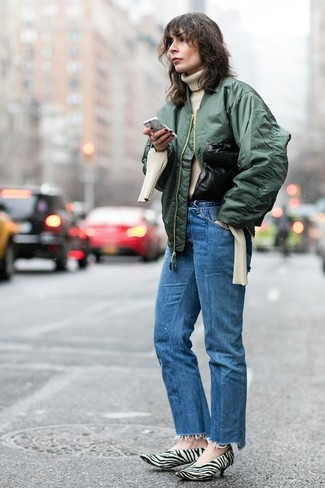 Как и с чем носить: темно-зеленый бомбер, бежевая вязаная водолазка, синие джинсы, бело-черные туфли из ворса пони с принтом