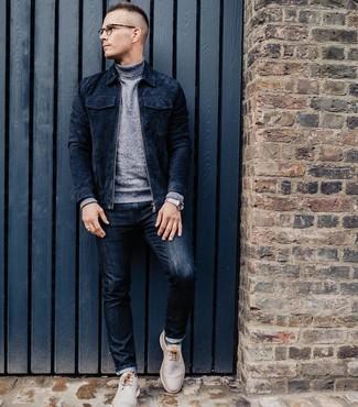 Как и с чем носить: темно-синий замшевый бомбер, серая водолазка, темно-синие джинсы, бежевые кожаные ботинки дезерты