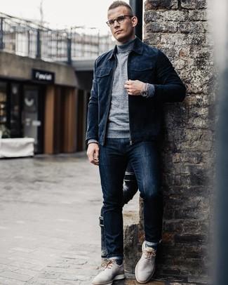 Как и с чем носить: темно-синий замшевый бомбер, серая водолазка, темно-синие джинсы, серые кожаные туфли дерби