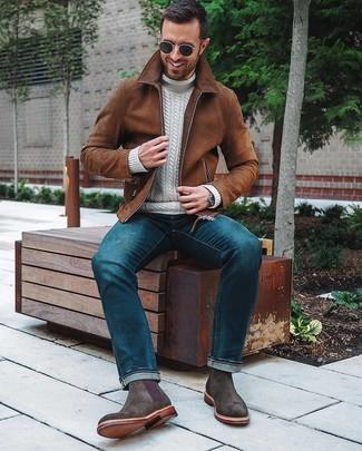 Как и с чем носить: коричневый замшевый бомбер, белая вязаная водолазка, синие джинсы, темно-серые замшевые ботинки челси