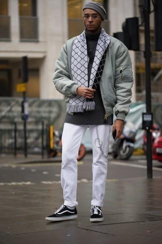Белые носки: с чем носить и как сочетать мужчине: Если ты ценишь удобство и практичность, мятный бомбер и белые носки — хороший вариант для стильного повседневного мужского лука. Думаешь привнести сюда нотку классики? Тогда в качестве дополнения к этому луку, обрати внимание на черно-белые низкие кеды из плотной ткани.