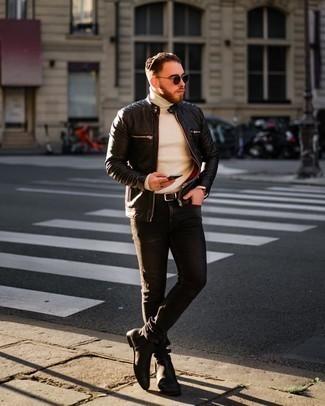 С чем носить черный кожаный стеганый бомбер мужчине: Черный кожаный стеганый бомбер и темно-серые джинсы — must have элементы в гардеробе джентльменов с отменным вкусом в одежде. Любители необычных луков могут дополнить лук черными кожаными ботинками челси, тем самым добавив в него толику нарядности.