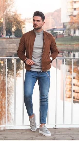 Как и с чем носить: табачный замшевый бомбер, серая водолазка, синие зауженные джинсы, серые замшевые низкие кеды