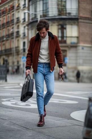 Как и с чем носить: темно-красный бомбер, белая водолазка, синие зауженные джинсы, темно-красные кожаные повседневные ботинки