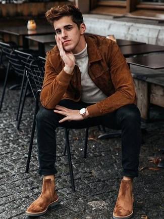 Мода для 20-летних мужчин: Сочетание табачного замшевого бомбера и черных зауженных джинсов поможет выглядеть по моде, но при этом подчеркнуть твой индивидуальный стиль. Любители свежих идей могут дополнить образ табачными замшевыми ботинками челси, тем самым добавив в него немного утонченности.