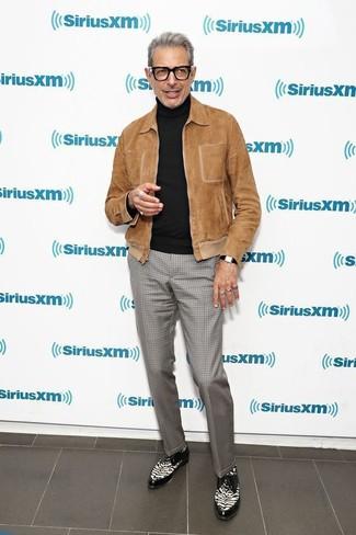 Как и с чем носить: коричневый замшевый бомбер, черная водолазка, серые классические брюки в клетку, черно-белые кожаные туфли дерби