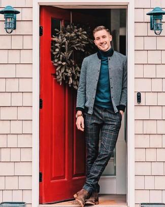 Как и с чем носить: серый бомбер, темно-синяя водолазка, темно-серые шерстяные классические брюки в клетку, коричневые замшевые ботинки челси