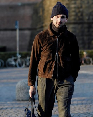 Как и с чем носить: темно-коричневый замшевый бомбер, темно-коричневая водолазка, темно-серые шерстяные классические брюки, темно-синяя большая сумка из плотной ткани