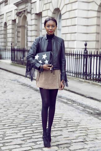 Как и с чем носить: черный кожаный бомбер c бахромой, черная водолазка, бежевая замшевая мини-юбка, черные замшевые туфли