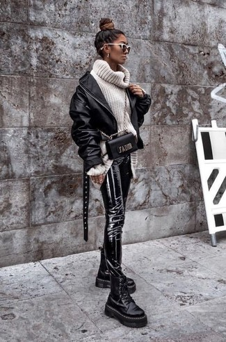 Как и с чем носить: черный кожаный бомбер, белая шерстяная вязаная водолазка, черные кожаные узкие брюки, черные кожаные массивные ботинки на шнуровке
