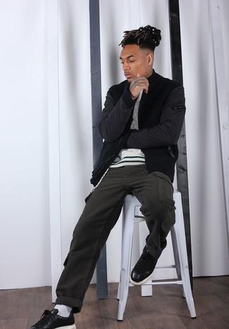 Как и с чем носить: черный бомбер, белый вязаный свитер, оливковые брюки карго, черные кожаные низкие кеды