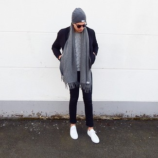 Как и с чем носить: темно-синий шерстяной бомбер, серый вязаный свитер, темно-синие брюки чинос, белые низкие кеды