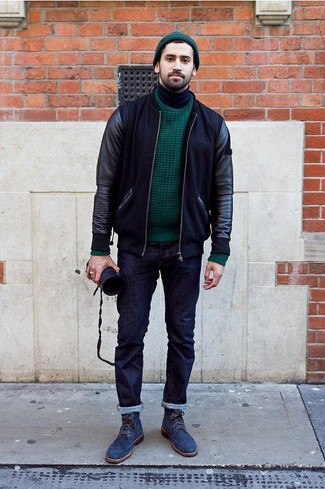 Как и с чем носить: черный кожаный бомбер, темно-зеленый вязаный свитер, черная водолазка, темно-синие джинсы
