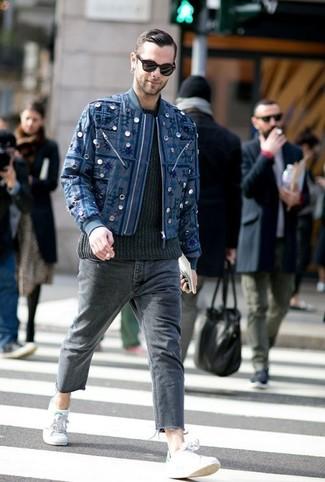 Как и с чем носить: темно-синий бомбер с вышивкой, черный вязаный свитер, темно-серые джинсы, серые низкие кеды