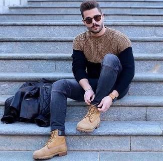 Как и с чем носить: черный кожаный стеганый бомбер, темно-синий вязаный свитер, темно-синие зауженные джинсы, светло-коричневые замшевые рабочие ботинки